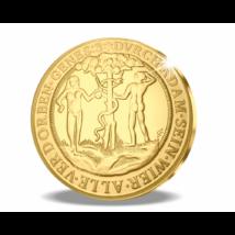 // Ádám és Éva a Paradicsomban, aranyba foglalva, színarannyal bevont rézötvözet  // Az 1557-ben vert eredeti 6 dukát, azaz 20,75 g súlyú aranyérme I. Ferdinánd magyar király rendeletére készült. Előlapján Ádám és Éva épp szakít egy almát a Tudás fájáról