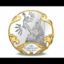 // színarannyal díszített ezüstözött érem, A pápa álma a Szent Koronáról, // A Szent Korona első dicsőségét az a legenda őrzi, hogy II. Szilveszter pápa az álmában megjelent Gábriel arkangyal sugallatára adta István királyunk küldötteinek az épp elkészült