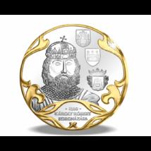 // színarannyal díszített ezüstözött érem, Károly Róbert hármas koronázása és a Szent Korona // Magyar királyt az esztergomi érseknek kellett Székesfehérvárott megkoronáznia a Szent koronával. Nagy királyunkat, Károly Róbertet háromszor koronázta meg az é