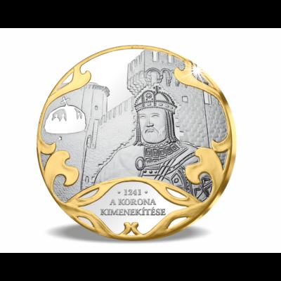 // színarannyal díszített ezüstözött érem, A Szent Korona kimenekítése // A Szent Korona egyik első rejtélye, kalandja, hogy a tatárjárás idején miként menekítették ki Székesfehérvárról, az országból a korona ékszereket. Johannita lovagok vállalták a kock